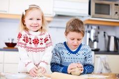 Kinder, die Plätzchen backen stockfotos