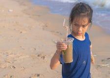 Kinder, die Plastikflasche halten, die er auf dem Strand fand stockfotografie