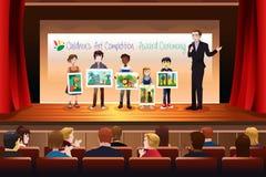 Kinder, die Preis in Art Competition empfangen Stockfoto