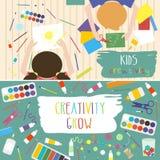 Kinder, die Prozess Kunst-arbeiten Scherzt Kreativitätsillustration Draufsicht mit den kreativen Kinderhänden Lizenzfreie Stockbilder