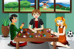 Kinder, die Puzzlespiele spielen Stockbilder