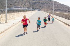 Kinder, die Rennen laufen lassen Lizenzfreie Stockfotos
