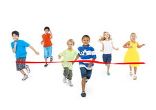 Kinder, die in Richtung zur Ziellinie laufen Stockbilder