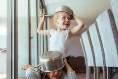 Kinder, die Ritter mit Küchengerät spielen stockfotos