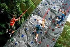Kinder, die Rockclimbing tun Stockbild