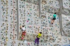 Kinder, die Rockclimbing tun Lizenzfreies Stockfoto