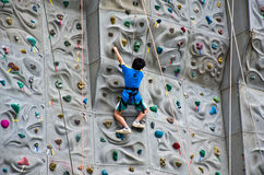 Kinder, die Rockclimbing tun Lizenzfreie Stockfotos