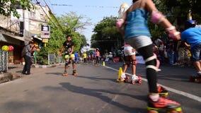 Kinder, die Rollschuhlaufenhandballgesamtlänge, Filmclip spielen stock footage