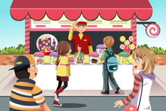 Kinder, die Süßigkeit kaufen Lizenzfreie Stockbilder