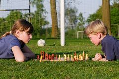 Kinder, die Schach spielen Lizenzfreies Stockbild