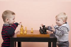Kinder, die Schach spielen Lizenzfreie Stockfotografie