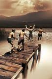Kinder, die am See spielen Stockfotos