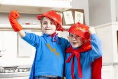 Kinder, die am Sein wunderbarer Held spielen Stockbilder