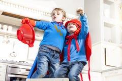 Kinder, die am Sein wunderbarer Held spielen Stockfotos