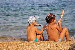 Kinder, die shashlik essen lizenzfreies stockfoto
