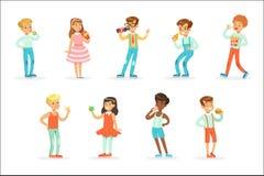 Kinder, die Snack-Food essen und die alkoholfreien Getränke eingestellt von den Zeichentrickfilm-Figuren genießen ihre Mahlzeit-S lizenzfreie abbildung