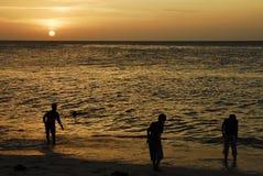 Kinder, die am Sonnenuntergang, Zanzibar spielen Stockfotografie