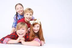 Kinder, die Spaß auf dem Boden haben Stockbilder