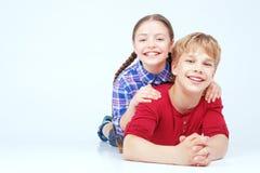 Kinder, die Spaß auf dem Boden haben Stockfotografie