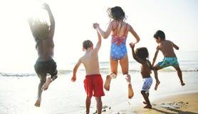 Kinder, die Spaß auf dem Strand haben Stockfotos