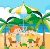 Kinder, die Spaß auf dem Strand haben Lizenzfreie Stockfotos