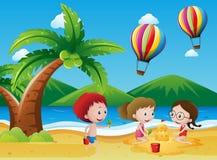 Kinder, die Spaß auf dem Strand haben Lizenzfreie Stockbilder
