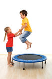Kinder, die Spaß auf einer Trampoline haben Lizenzfreie Stockfotografie