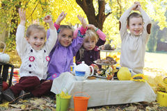 Kinder, die Spaß auf Picknick am Fall haben Stockfotografie