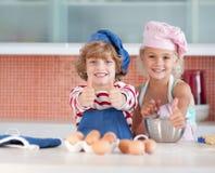 Kinder, die Spaß in der Küche haben stockbilder