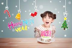 Kinder, die Spaß an der Partei des neuen Jahres mit Kuchen und Kerze 2017 haben Lizenzfreies Stockfoto