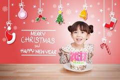 Kinder, die Spaß an der Partei des neuen Jahres mit Kuchen und Kerze 2017 haben Stockfoto