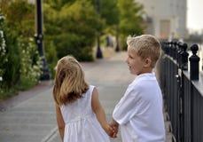 Kinder, die Spaß draußen haben Lizenzfreie Stockfotos
