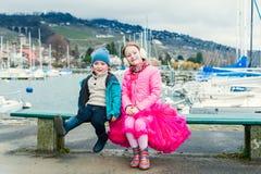Kinder, die Spaß draußen haben Lizenzfreie Stockfotografie