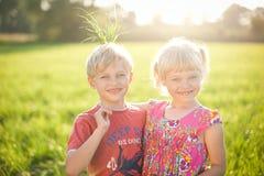 Kinder, die Spaß draußen am Sommer haben Lizenzfreies Stockfoto