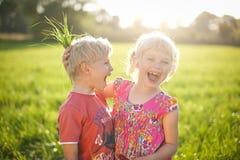 Kinder, die Spaß draußen am Sommer haben Stockbilder
