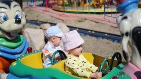 Kinder, die Spaß an einem Vergnügungspark haben Reiten des Autos Lizenzfreie Stockfotografie