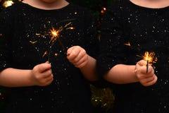 Kinder, die Spaß an einer neues Jahr ` s Feier, Schein halten haben lizenzfreies stockbild