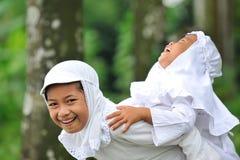 Kinder, die Spaß heben lizenzfreie stockfotografie