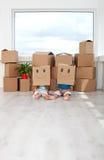 Kinder, die Spaß in ihrem neuen Haus haben lizenzfreie stockfotos