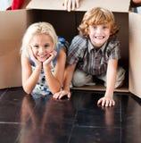 Kinder, die Spaß in ihrem neuen Haus haben lizenzfreie stockbilder