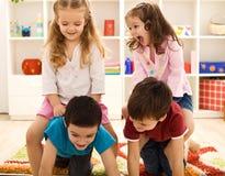 Kinder, die Spaß in ihrem Raum haben stockbilder
