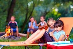 Kinder, die Spaß im Sommerlager haben stockbild