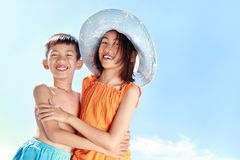 Kinder, die Spaß im sonnigen Tag haben Lizenzfreies Stockbild