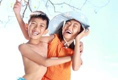 Kinder, die Spaß im sonnigen Tag haben Stockbilder