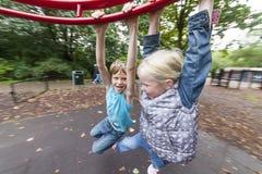 Kinder, die Spaß im Spielplatz haben Lizenzfreie Stockfotografie