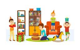 Kinder, die Spaß im Wohnzimmer an einem Feiertagsabend haben Lizenzfreies Stockbild