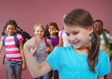 Kinder, die Spaß mit rotem Hintergrund haben lizenzfreies stockbild