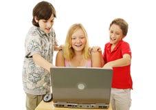 Kinder, die Spaß online haben Lizenzfreies Stockbild