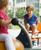 Kinder, die Spaß am Spielplatz haben Lizenzfreie Stockfotografie