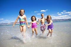 Kinder, die Spaß am Strand haben Stockfotos
